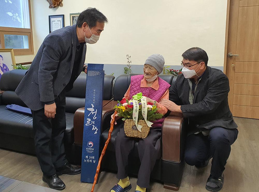 쌍림면, 100세 어르신 장수지팡이 전달